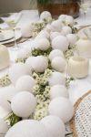 styling met bloemen en lichtjes op tafel