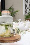 watertap citroen en munt op gedekte tafel