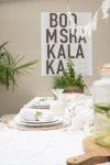 Zomerse gedekte tafel in de kleur wit