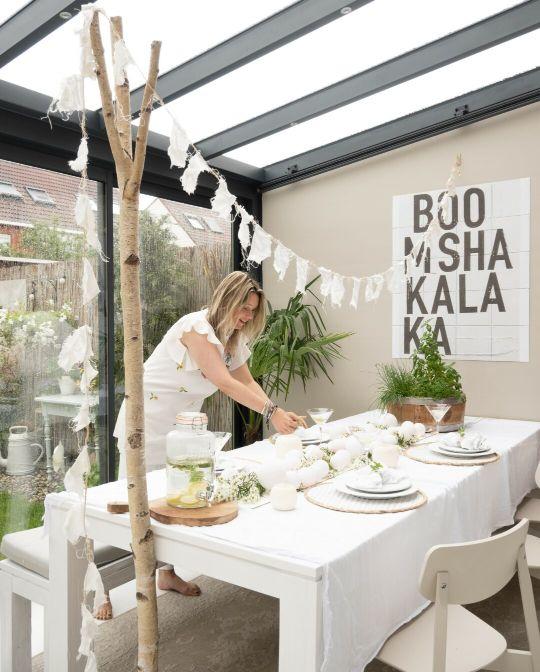 zomers gedekte tafel in wit